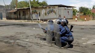 Des policiers anti-émeutes burundais le 28 avril 2015, à Bujumbura.