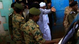 L'ex-président soudanais Omar el-Béchir escorté de la prison de Khartoum, dimanche 16 juin 2019.
