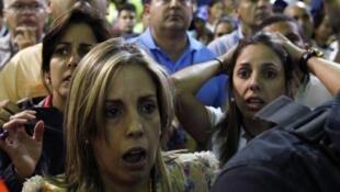 A Caracas, les partisans de Henrique Capriles stupéfaits à l'annonce de leur défaite.