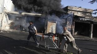 Homens resgatam ferido em Chajaya, no leste de Gaza