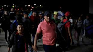 Hondureños se reunen para partir en caravana hacia los Estados Unidos.