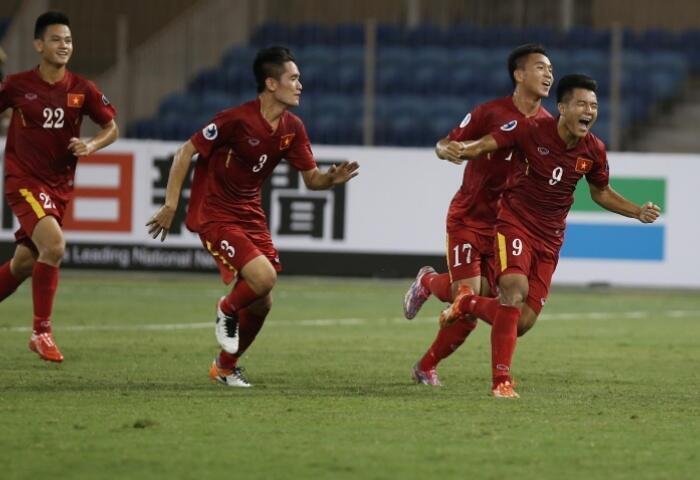 Các cầu thủ U19 Việt Nam vui mừng giành vé vào tứ kết sau trận hòa 0-0 với đội Irak, ngày 20/10/2016 tại Bahrain.