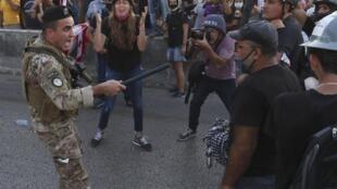 Un soldat libanais tente de faire reculer des manifestants anti-gouvernement, à Beyrouth, le 12 septembre 2020.