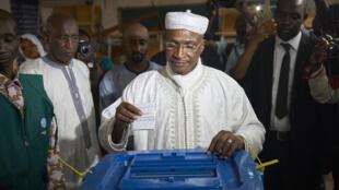 Le candidat du parti ADP-Maliba, Aliou Diallo, dans un bureau de vote de Bamako, le 29 juillet 2018.
