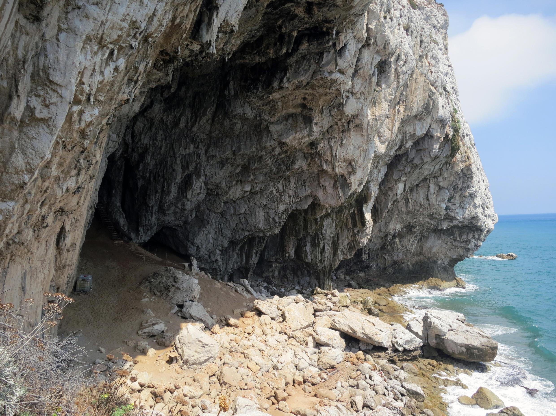L'entrée de la grotte de Gorham à Gibraltar, en Espagne, où les séries de lignes ont été gravées par des Néandertaliens, peu avant l'extinction de l'espèce, il y a un peu moins de 40 000 ans.