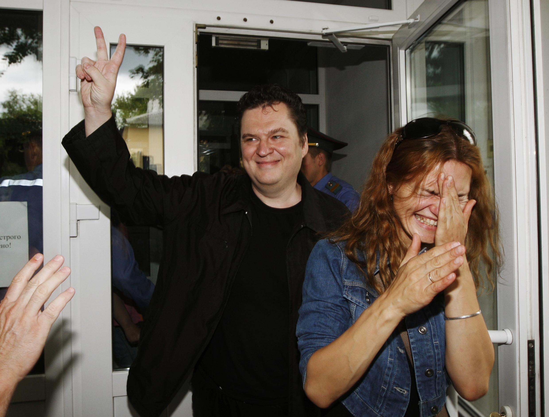 Журналист Андрей Почобут покидает здание суда. Гродно 05/07/2011