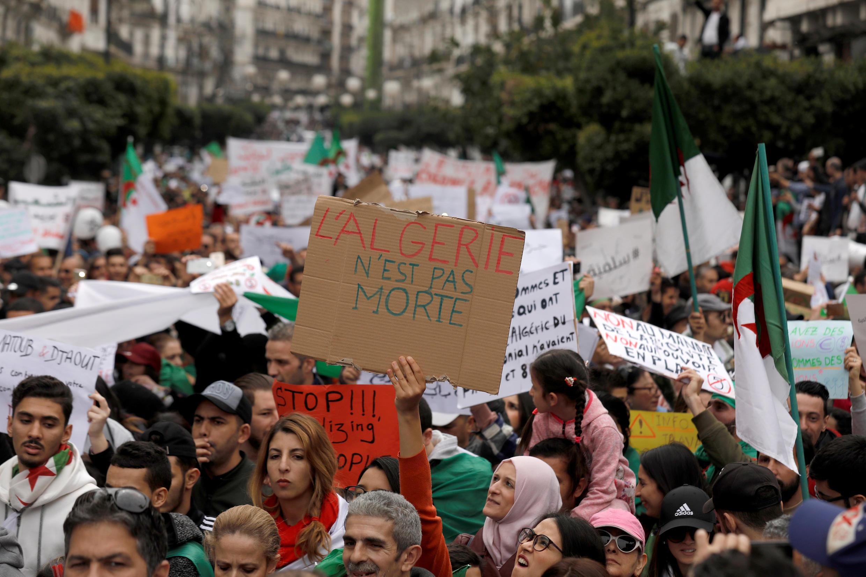 Biểu tình tại Alger ngày 08/03/2019 phản đối tổng thống Algeri, ông Abdelaziz Bouteflika, tiếp tục một nhiệm kỳ thứ ba.