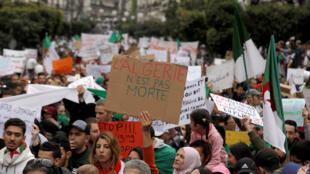 Des manifestants protestent contre la perspective d'un cinquième mandat du président algérien Abdelaziz Bouteflika, à Alger, le 8 mars 2019.