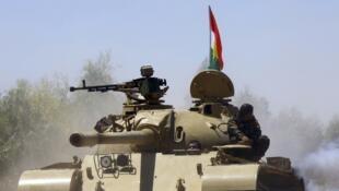Les forces kurdes peshmergas patrouillent durant une opération contre l'Etat islamique à Makhmur, le 7 août 2014.