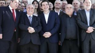 Le Premier ministre grec Alexis Tsipras entouré de son équipe gouvernementale, le 28 janvier 2015 à Athènes.