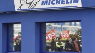 Reflejo de empleados y sindicalistas de la CGT durante una protesta frente a la fábrica Michelin tras el anuncio de su cierre en La Roche sur Yon, Francia, el 24 de octubre de 2019