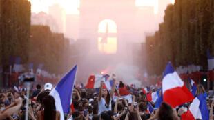 A seleção francesa volta nesta tarde para Paris e desfila em um ôninbus aberto na avenida Champs-Elysées, onde milhares de pessoas são esperadas para saudar os vencedores do mundial.