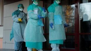 پرسنل کادر پزشکی در مینسک، پایتخت بلاروس، با لباسهای حفاظتی برای جلوگیری از شیوع ویروس عفونت زدائی میشوند.