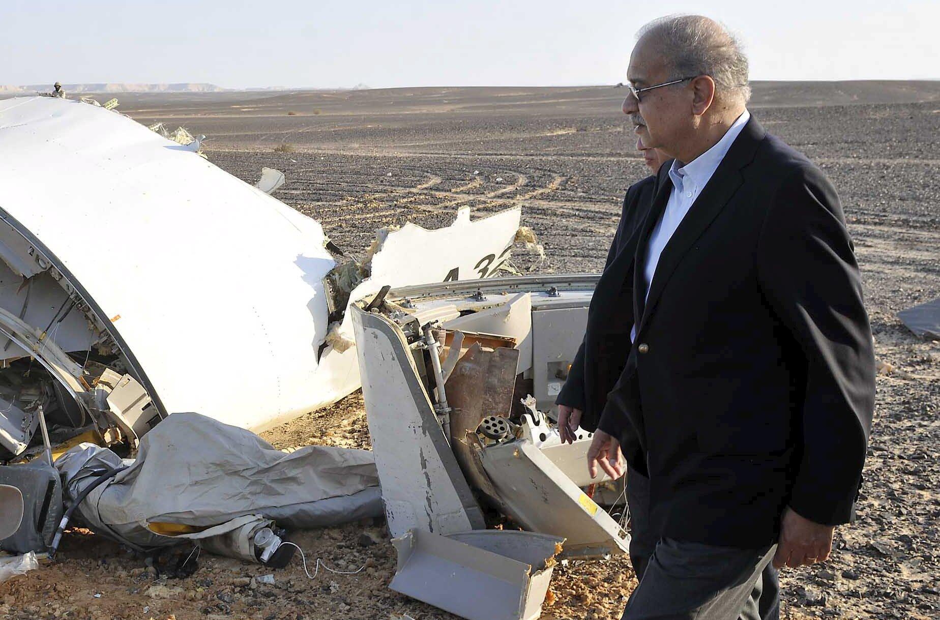 Thủ tướng Ai Cập tại hiện trường vụ rơi máy bay của hãng Metrojet tại Sinai, ngày 31/10/2015.