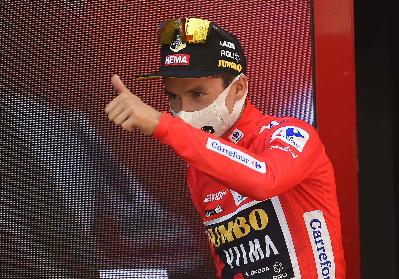 Le Slovène Primoz Roglic, maillot rouge de leader de la Vuelta, après la 2e étape, le 15 août 2021 disputée entre Caleruega et Burgos