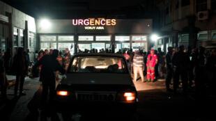 La foule est massée devant les urgences de l'hôpital Joseph Ravoahangy Andrianavalona à Antananarivo après la bousculade meurtrière, le 26 juin 2019.