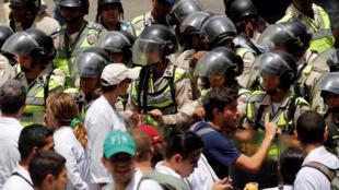 Confrontos entre manifestantes e polícia são registrados em praticamente todos os protestos na Venezuela.