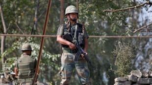 Quân đội Ấn Độ tuần tra gần biên giới Pakistan ngày 29/09/2016.