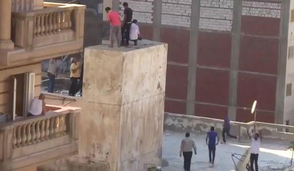 Capture d'écran d'une vidéo amateur montrant les adolescents perchés sur la citerne, cernés par des partisans de l'ex-président Frère musulman Mohamed Morsi.