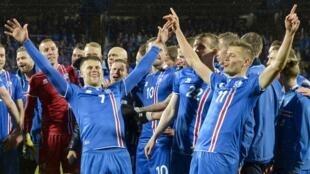 Islândia festeja a classificação para a Copa do Mundo na Russia após vencer o Kosovo (9 de outubro de 2017)