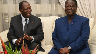 Le président ivoirien Alassane Ouattara (G) aux côtés de son allié, l'ancien chef de l'Etat, Henri Konan Bédié, le 27 octobre 2015.