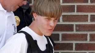 L'auteur présumé de la tuerie de Charleston, Dylann Roof, 21 ans, escorté par la police au Tribunal de Shelby en Caroline du Nord, le 18 juin 2015. Dylann Roof a revendiqué l'attaque avant de la commettre, au nom de l'idéologie suprémaciste blanche...