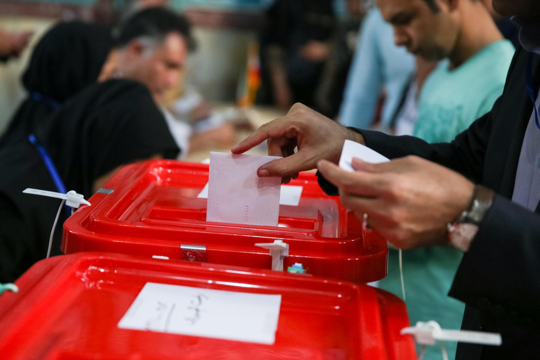 Un hombre vota en Teherán, este 19 de mayo de 2017.