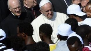 Le pape François s'adresse à des migrants, lors de sa visite à Lampedusa, le 8 juillet 2013.