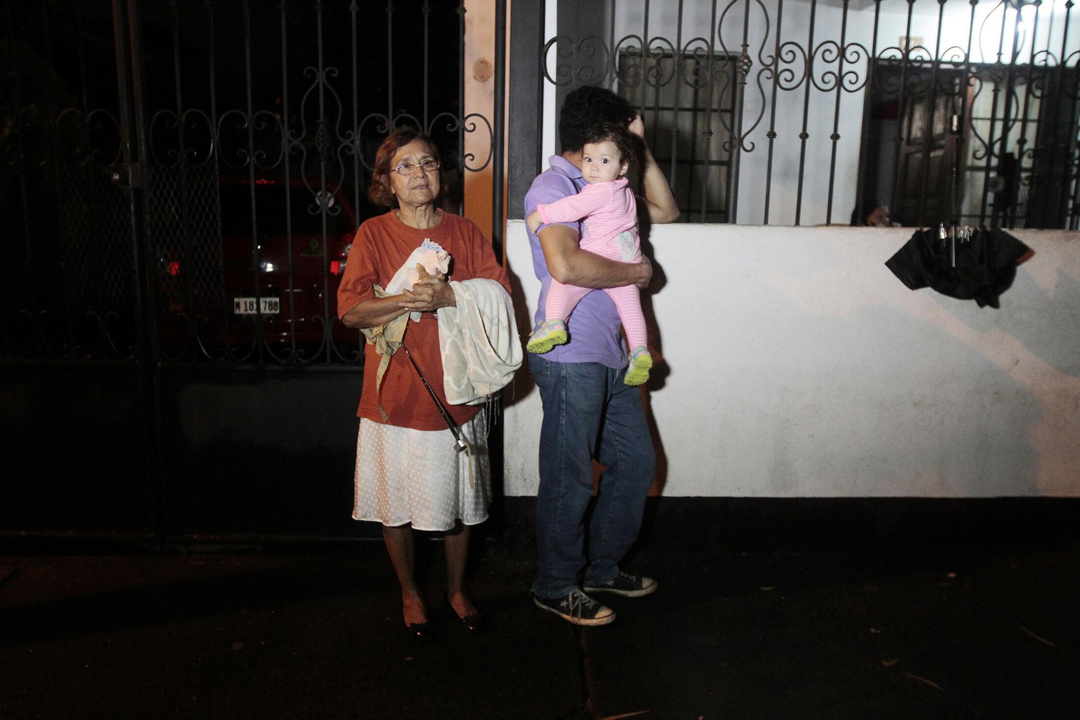 Moradores de Manágua, capital da Nicarágua, foram para a rua, após o terremoto que sacudiu vários países da América Central na noite de segunda-feira (13).