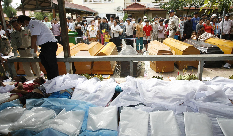 """Тела жертв """"кхмерской ходынки"""",  выставленные для опознания у одного из госпиталей Пномпеня"""