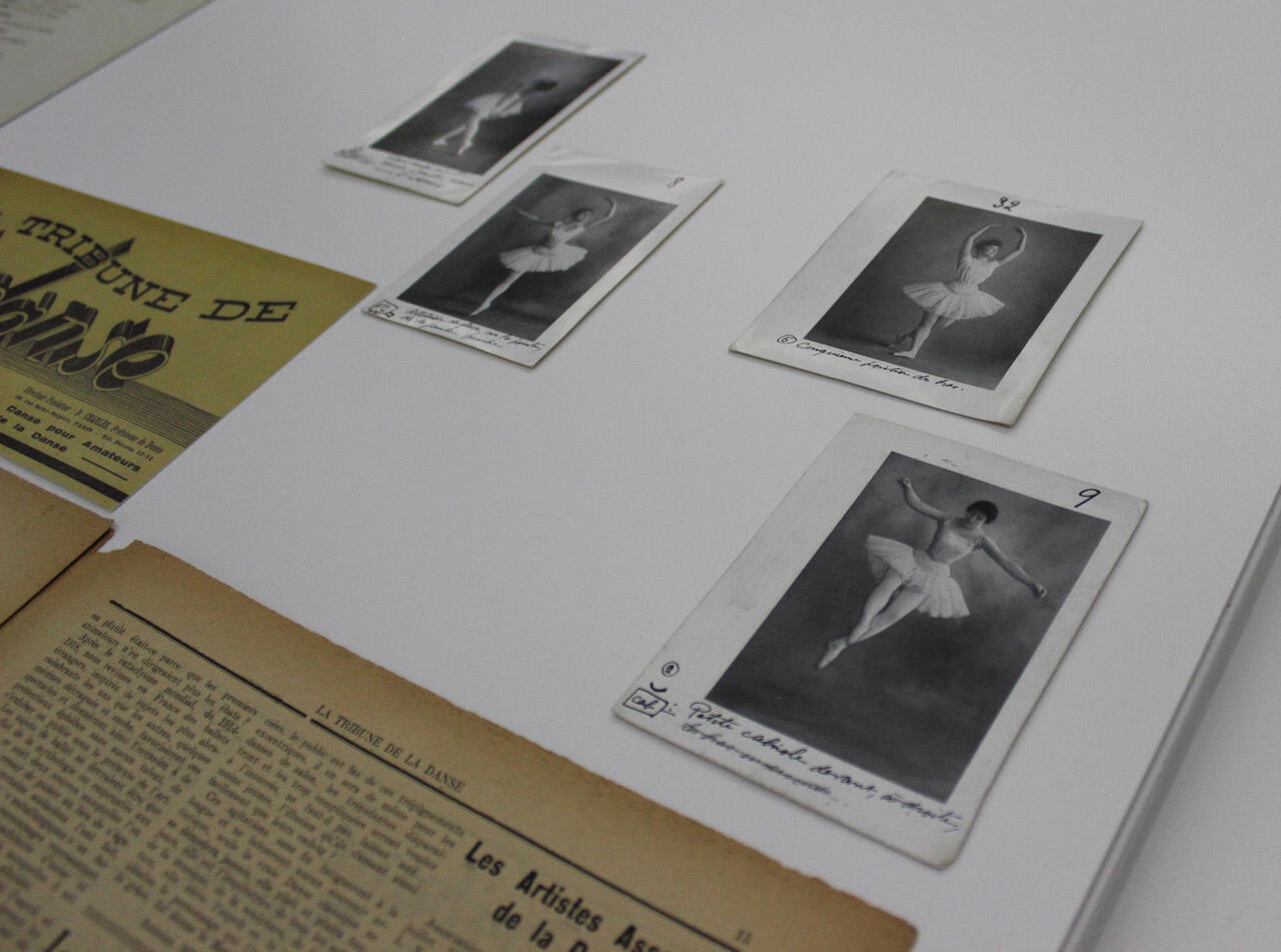 На выставке в Пантене представлены открытки с фотографиями танцовщиц, работавших с Мариусом Петипа.