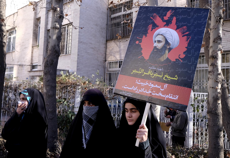 Người biểu tình Iran giưởng ảnh giáo sĩ đối lập Nimr Baqer al Nimr, bị Ryiad hành quyết, trước Sứ quán  Ả Rập Xê Út tại Teheran, ngày 03/01/2016.6.