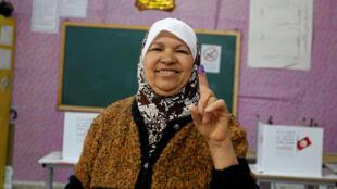 Une femme montre fièrement son index encré, preuve qu'elle a participé au vote lors des élections municipales, le 6 mai 2018 à Tunis.
