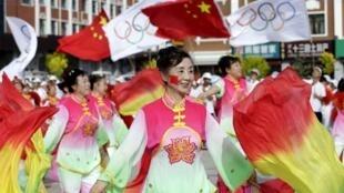 国际奥委会宣布在2022年冬季奥运会举办城市之前,张家口崇礼县居民在一个广场上跳舞,为和首都北京申请共同主办2022年冬季奥运会宣传。2015年7月31日。