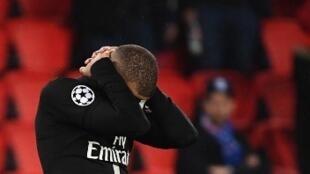 A tristeza de Kylian Mbappé no final do jogo entre o PSG e o Manchester United. Paris, 06 de Março de 2019.