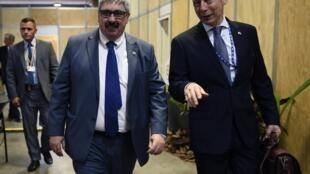 El vicecanciller de Uruguay, Ariel Bergamino (a la derecha), marchándose de la Asamblea General de la OEA, el 28 junio de 2019.