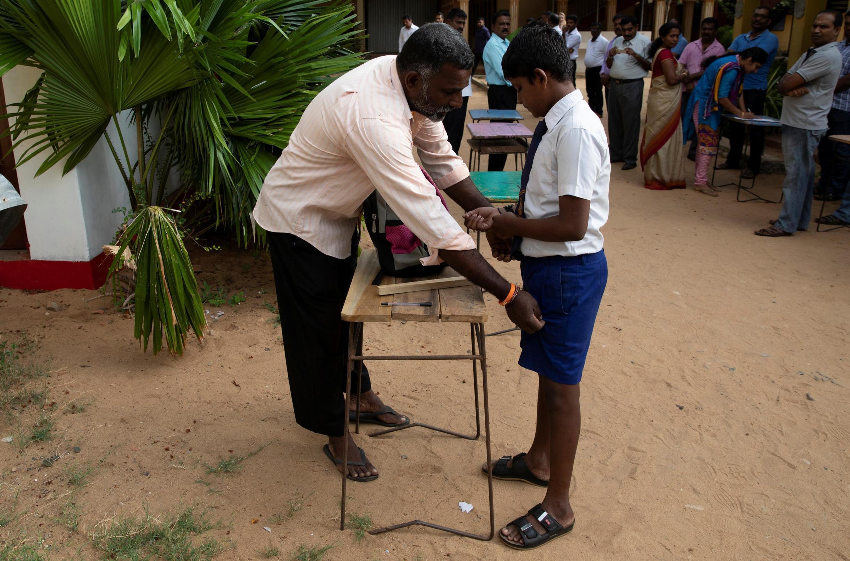 Deux semaines après les attentats de Pâques, les écoliers retournent à l'école à Batticaloa, Sri Lanka, le 6 mai 2019.  Les écoles catholiques restent fermées.