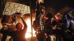 Protestos em frente da terceira Esquadra de Polícia em Minneapolis