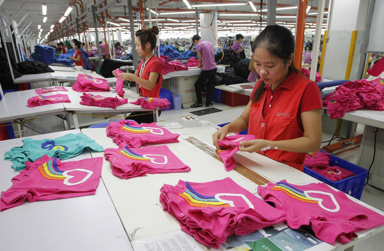 Công nhân trong một xí nghiệp may vốn đầu tư Singapore ở ngoại ô Hà Nội (Ảnh chụp ngày 19/10/2012).