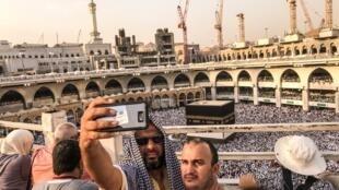 Peregrinos fazem selfie antes do início do ritual religioso em Meca.