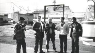 Андрей Грушенков (второй слева) оказался на Чернобыльской АЭС в составе съемочной группы в 1987 году.