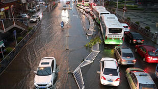 青島13日遭暴雨冰雹夾擊,樹木倒伏,積水嚴重。