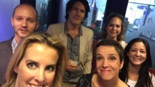 Selfie de l'équipe et des invités.