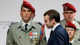 Shugaban Faransa Emanuel Macron, yayin ziyarar da ya kai sansanin sojin kasar da ke yankin kudanci, da ke garin Toulouse.