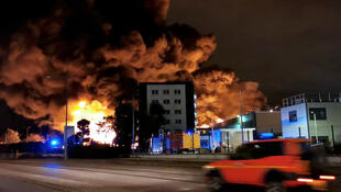 La fumée monte d'un incendie dans une usine de Lubrizol à Rouen, France, le 26 septembre 2019.