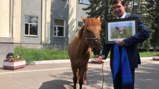 Mông Cổ : Bộ trưởng Quốc phòng Mỹ Mark Esper và con ngựa mà ông đặt tên là Marshall. Ảnh chụp tại Oulan Bator 08/08/2019.