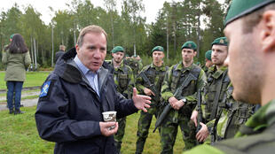 Thủ tướng Thụy Điển Stefan Lofven gặp các binh sĩ tham gia tập trận Aurora 17 ở ngoại ô Stockholm ngà 15/09/2017.