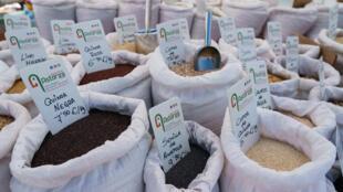 Cereales y semillas a la venta en un mercado al aire libre de Las Torres, cerca de Burgos, el 20 de mayo de 2020 al norte de España