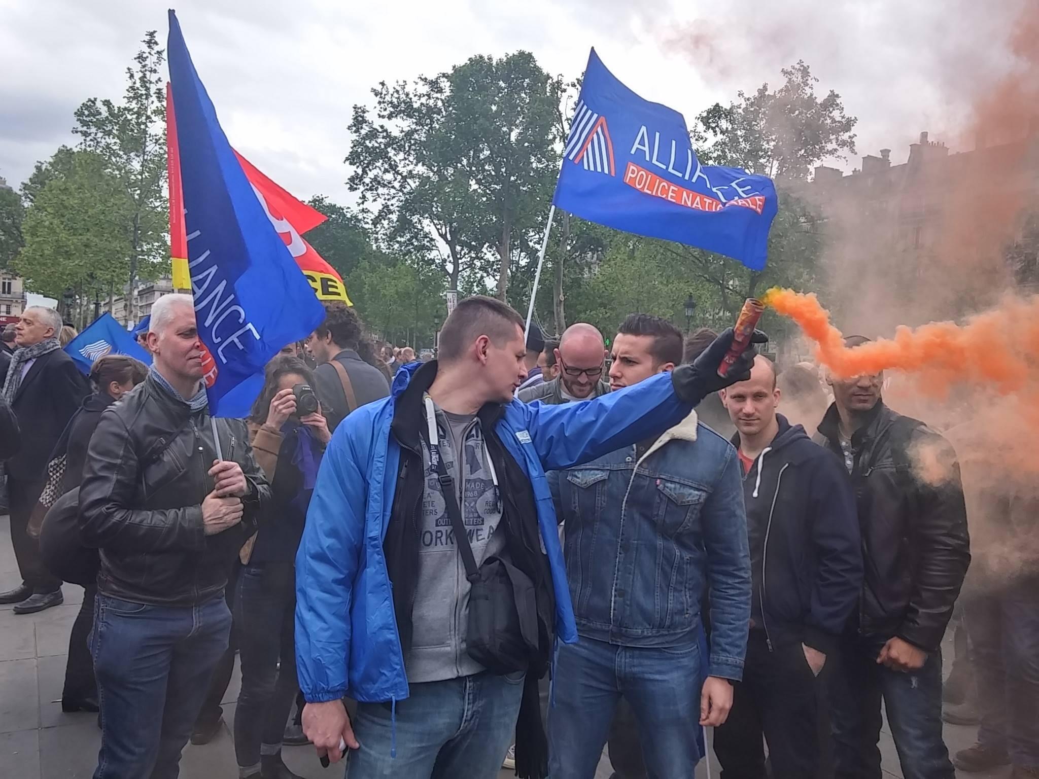 Полицейские из профсоюза Alliance на акции протеста на площади Республики в Париже, 18 мая 2016 года
