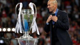 Zidane saborea su momento de gloria. 3 Ligas de Campeones consecutivas al mando del Real Madrid.